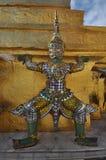 Статуя Giants на золотом Chedi в грандиозном комплексе дворца в Бангкоке, Таиланде Стоковое Изображение RF