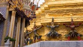 Статуя Giants под золотой пагодой Стоковые Изображения