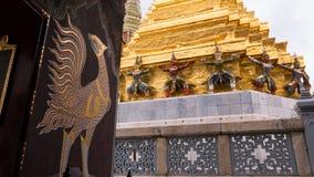 Статуя Giants под золотой пагодой Стоковые Изображения RF