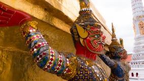 Статуя Giants под золотой пагодой Стоковые Фото