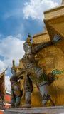 Статуя Giants под золотой пагодой Стоковое Изображение