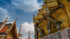 Статуя Giants под золотой пагодой Стоковое фото RF