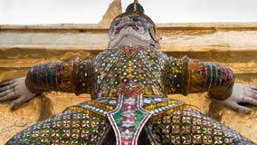 Статуя Giants под золотой пагодой Стоковая Фотография RF