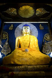 Статуя Goden Будды на виске Mahabodhi стоковое изображение rf