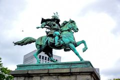 Статуя Kusunoki Masashige, большой самурай, на саде вне имперского дворца в токио стоковое фото rf