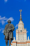 Статуя Lomonosov в университете на Москве России Стоковые Изображения RF