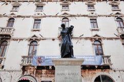 Статуя Marko Marulic, старого городка разделения, РАЗДЕЛЕНИЯ, ХОРВАТИИ стоковое фото rf