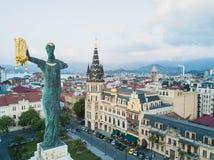 Статуя Medea с золотым руном покрыла высокий каменный столбец в центре квадрата Европы, Батуми, Georgia стоковая фотография rf