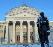 Статуя Mihai Eminescu в снеге, атенее, Бухаресте, Румынии стоковое изображение