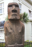 Статуя Moai в фронте Museo Fonck в Vina Del Mar, Чили Стоковое Фото