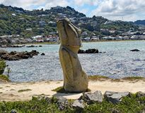 Статуя Moai на банке залива Lyall, Wellinton, Новой Зеландии Эта статуя была сломана вандалами недавно стоковая фотография
