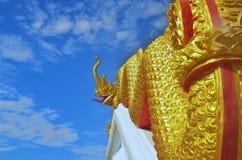 Статуя Naga в тайском виске, голубой предпосылке Стоковые Изображения RF