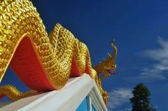Статуя Naga в тайском виске, голубой предпосылке Стоковое Изображение