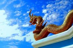 Статуя Naga в тайском виске, голубой предпосылке Стоковые Фотографии RF