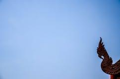 Статуя Naga в тайском виске на предпосылке голубого неба Стоковые Фото