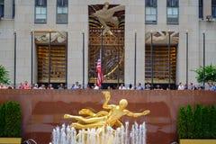 Статуя Prometheus золота в более низкой площади с en центра Рокефеллер Стоковые Фотографии RF