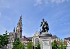 Статуя Rubens с собором нашей дамы в Антверпене, Бельгии стоковое фото