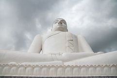 Статуя Samadhi Будды с облаками шторма на заднем плане на Kurunegala, Шри-Ланке Стоковое фото RF