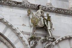 Статуя St Martin на стене собора Лукки Cattedrale di Сан Martino Тоскана Италия Стоковые Фото