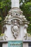 Статуя St Paul рядом с собором St Paul, барельеф на постаменте, Лондона, Великобритании Стоковое Изображение