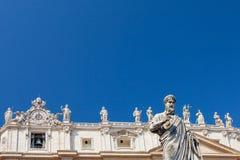 Статуя St Peter, базилики St Peter и статуй стоя на крыше базилики на предпосылке, Va St Peter Стоковые Фотографии RF