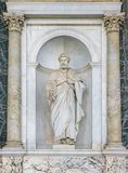 Статуя St Peter в крылечке базилики St Paul вне стен Италия rome стоковые изображения
