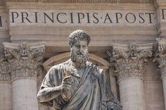 Статуя St Peter держа ключи христианской церков в государстве Ватикан квадрата ` s St Peter Стоковое Изображение RF