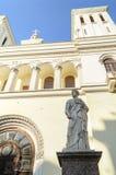 Статуя St Peter на входе церков лютеранина Святых Питера и церков Пола (1838) в Санкт-Петербурге Стоковое Фото