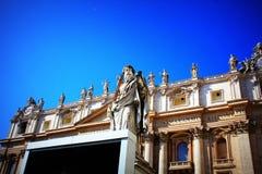 Статуя St Peter перед базиликой ` s St Peter Стоковая Фотография