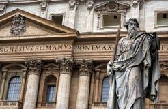 Статуя St Peter перед базиликой St Peter в Ватикане Стоковые Изображения RF