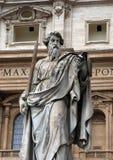 Статуя St Peter перед базиликой St Peter в Ватикане Стоковые Фотографии RF