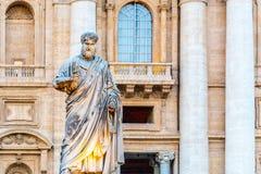 Статуя St Peter с ключом от небесного царства Государство Ватикан стоковые изображения