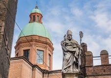 Статуя St Petronius епископа, башни Garisenda Болонья, Италия Стоковые Изображения