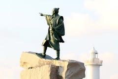 Статуя Taiki и маяк Zampa накидки, деревня Yomitan, Окинава Япония стоковое изображение rf