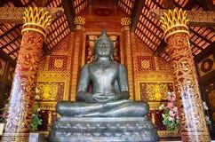Статуя Wat Chedi Luang и Будды Стоковое фото RF