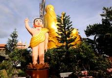 Стату-младенец Будды около золотого Будды около въетнамского города Dalat Стоковое Фото