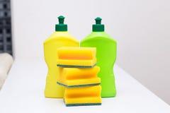 Статьи для очищая дома, бутылки тензида и губки желтеют Стоковые Фотографии RF