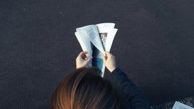 Статья газеты чтения женщины французская, модная, акции видеоматериалы