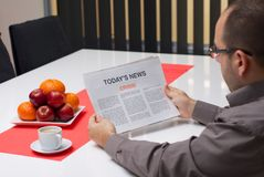 Статья кризиса чтения человека в газете Стоковая Фотография