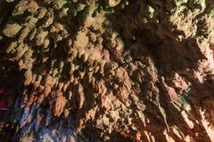 Сталактиты в яркой и красочной пещере Стоковые Фотографии RF