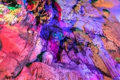сталактиты и сталагмиты в пещере на Chiangdao выдалбливают templ стоковые фотографии rf