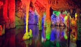 Сталактит и вода в пещере karst Gui lin, фарфора Стоковая Фотография