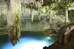 Сталактит на Suytan Cenote в Мексике стоковые фото