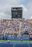 Стадион Луис Армстронга на короле Национальн Теннисе Центре Билли Джина во время США раскрывает спичку 2014 двойников людей Стоковое фото RF