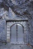 Стальная дверь свода в камне стоковое изображение