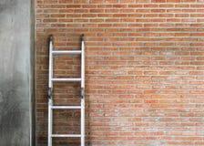 Стальная лестница на кирпичной стене Стоковое фото RF