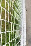 Стальная сетчатая загородка с предпосылкой нерезкости Стоковые Изображения