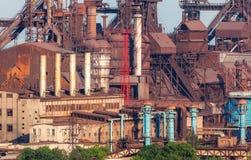Стальная фабрика с дымовыми трубами на заходе солнца Стоковые Изображения