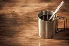 Стальная чашка на деревянном столе Стоковые Изображения