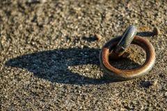 Стальное кольцо в гавани для причаливать шлюпки Стоковое Изображение